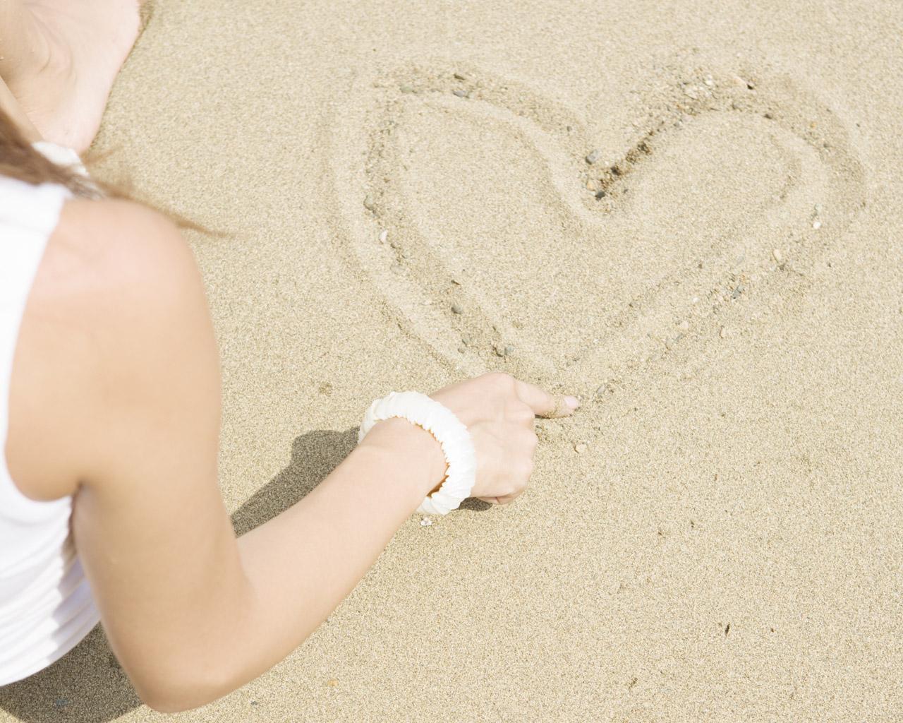 阳光沙滩美女桌面写真